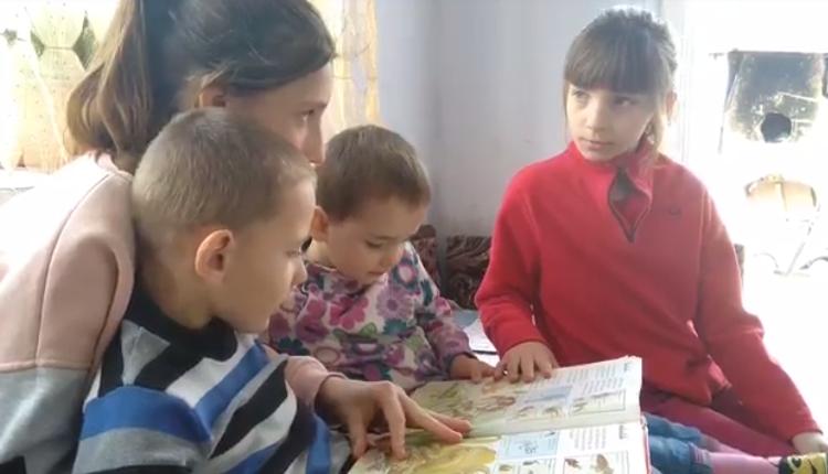 Pentru unii moldoveni, scolarizarea se face printr-un telefon mobil rupt